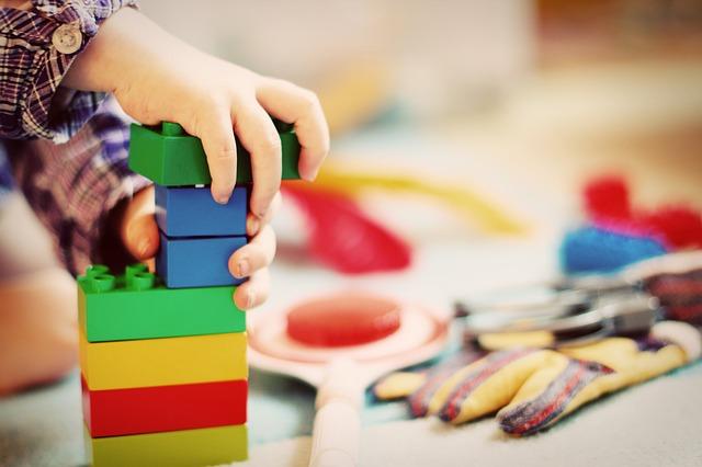 Zabawki z drewna: klocki drewniane